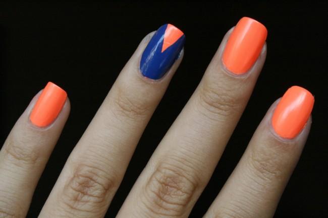 Маникюр с помощью скотча сине-оранжевый.