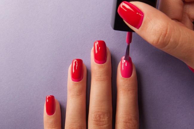Чтобы красиво нанести лак на ногти, надо потренироваться.