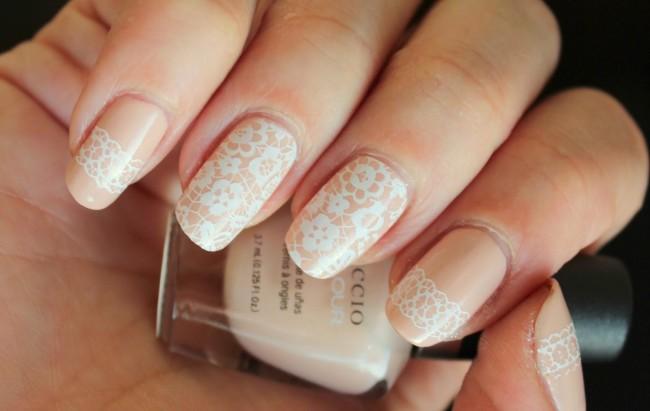 Кружевной свадебный маникюр на короткие ногти.