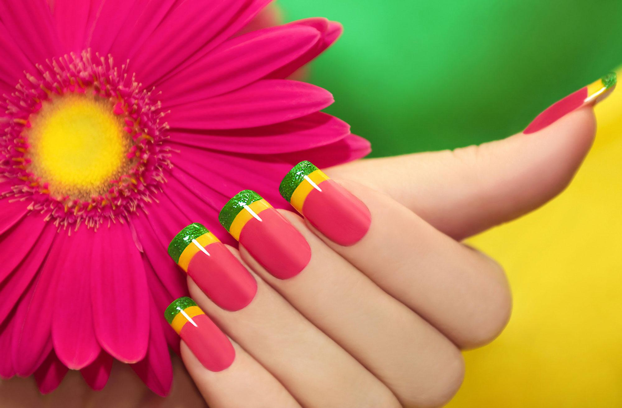 Яркие цвета для радостного маникюра.