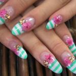 Полосатый дизайн ногтей миндалевидной формы