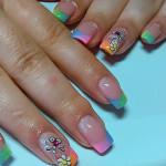 Разноцветный дизайн ногтей стрекоза