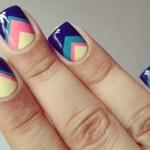 Яркая геометрия на ногтях привлекает внимание.