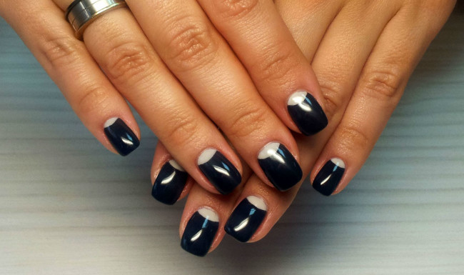 Маникюр ногтей для черного платья