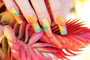 Цветной маникюр на ногтях .