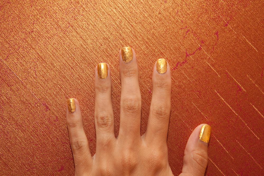 Золотой маникюр на короткие ногти.