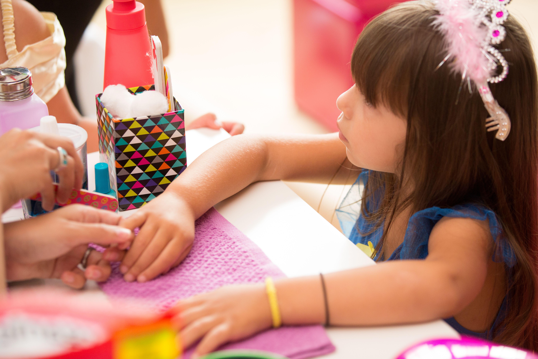 Детский маникюр в салоне.