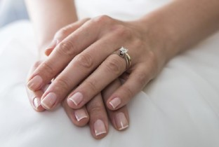 Свадебный маникюр на короткие ногти.